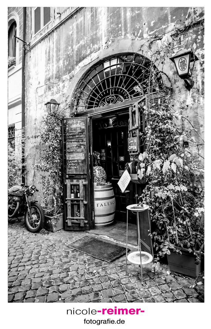 Restauranteingang-schwarzweiß_Nicole-Reimer-Fotografie