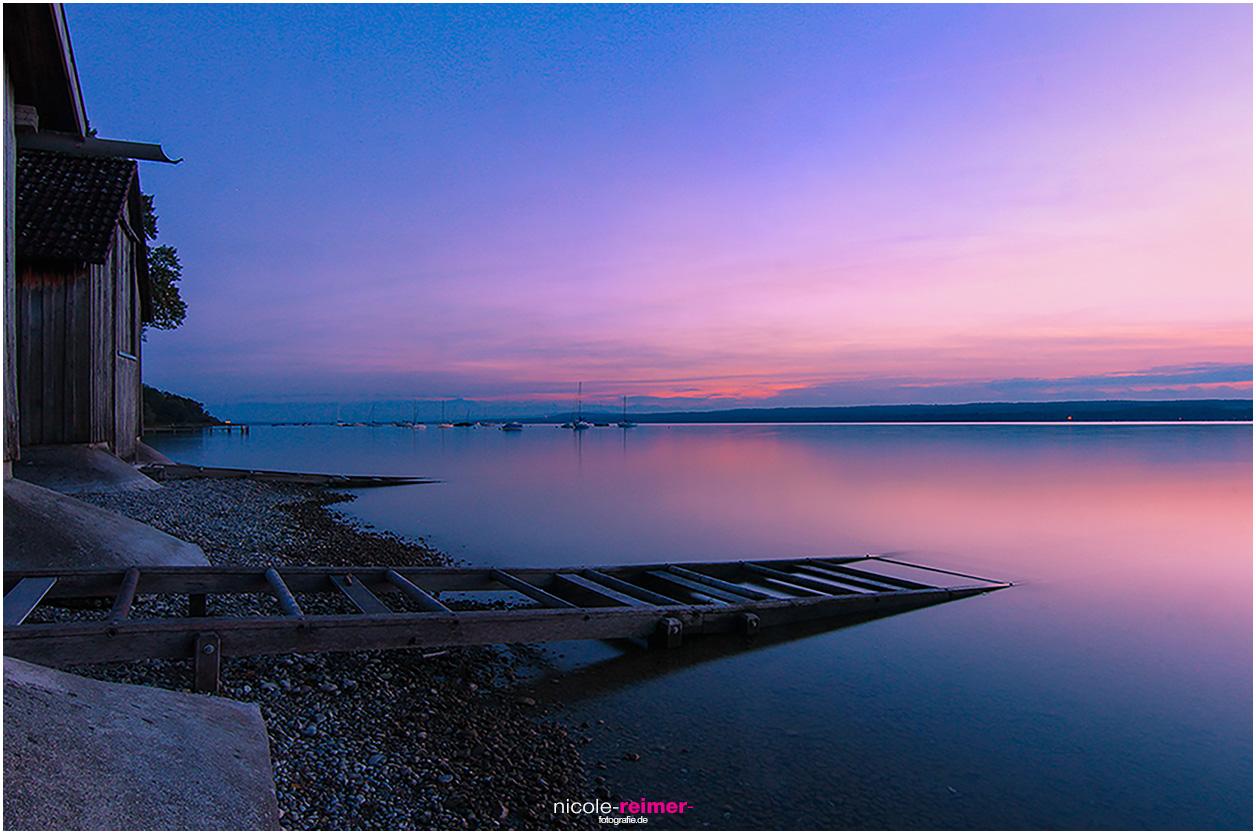 Bootshäuser im Licht der untergehenden Sonne am Ammersee, Boothäuser in der Dämmerung,
