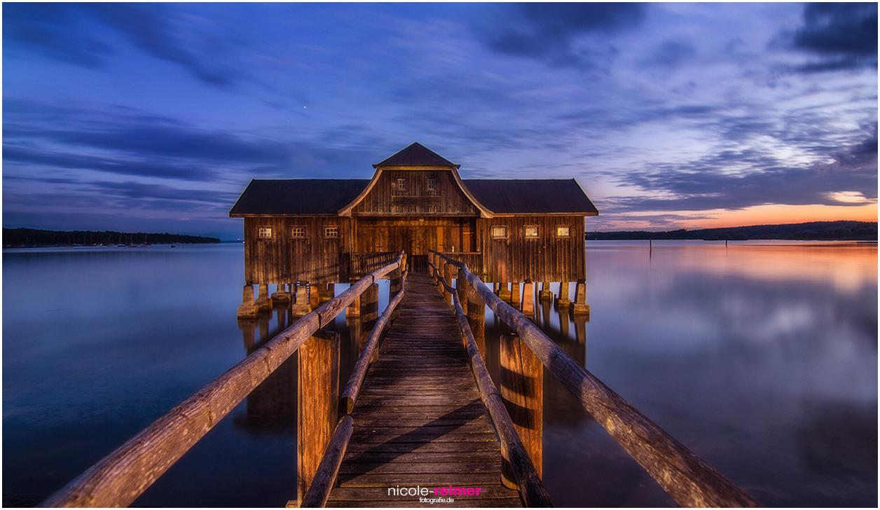 Bootshaus in Stegen am Ammersee während der blauen Stunde - Nicole Reimer Fotografie
