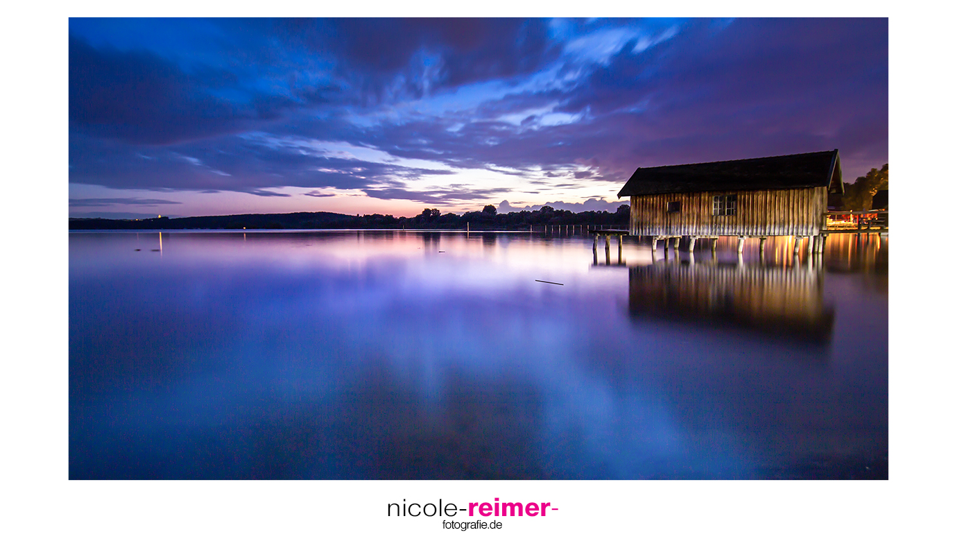 Bootshaus in Stegen am Ammersee während der Blauen Stunde