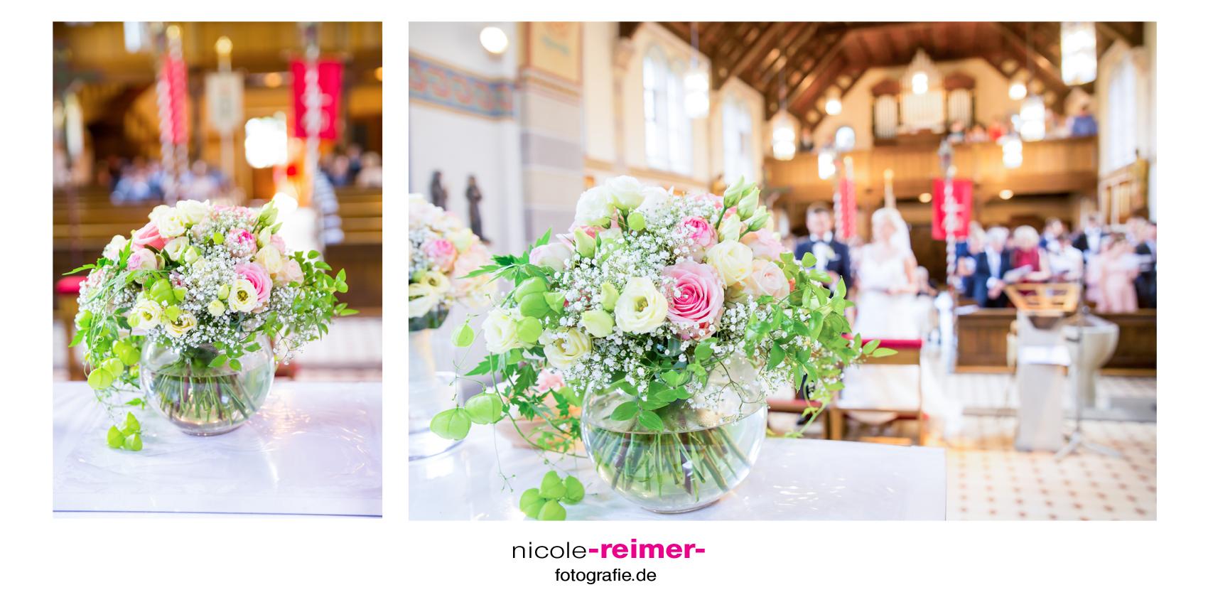 Blumenschmuck-Kirche_Nicole-Reimer-Hochzeitsfotografie