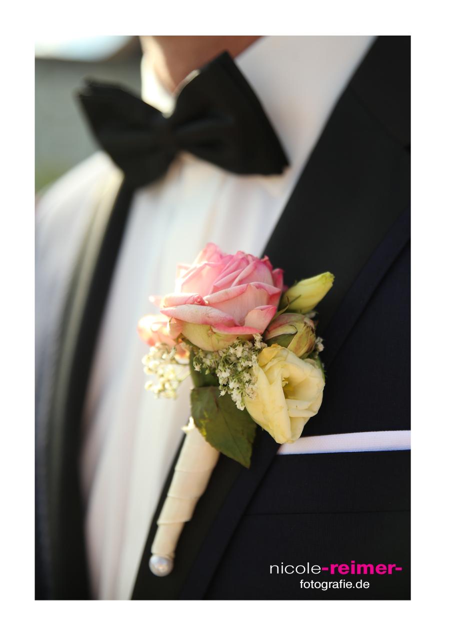 Nicole_Reimer_Hochzeitsfotografie_Bräutigam_Ansteckblume