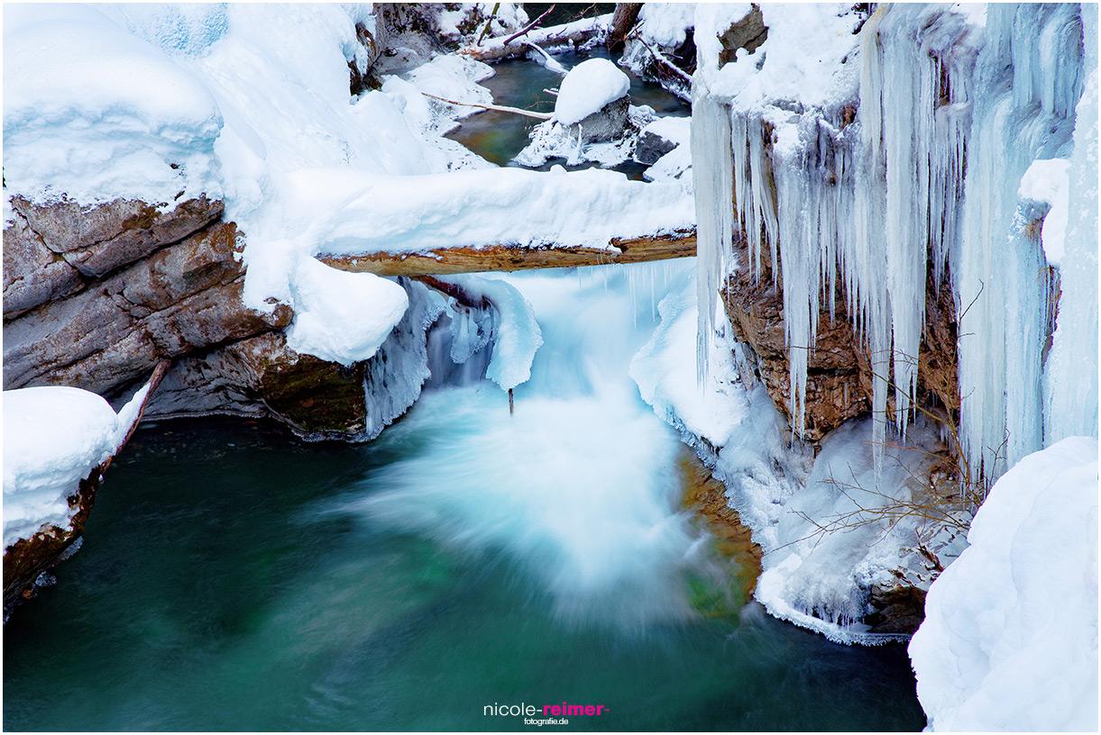Winter in der Breitachklamm, Schnee und Eis an einem kleinen Wasserfall Nicole Reimer Fotografie