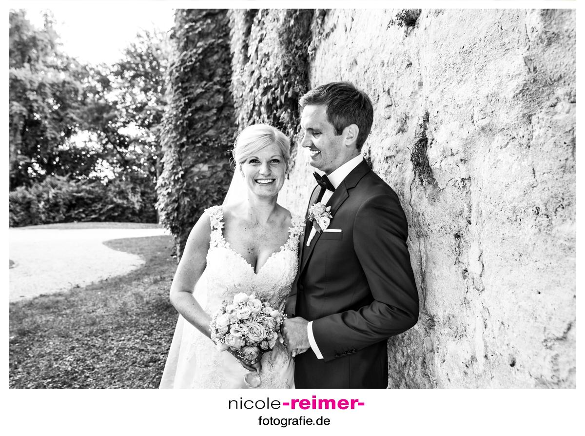 Brautpaar-im-Schlosspark-schwarzweiß_Nicole-Reimer-Hochzeitsfotografie