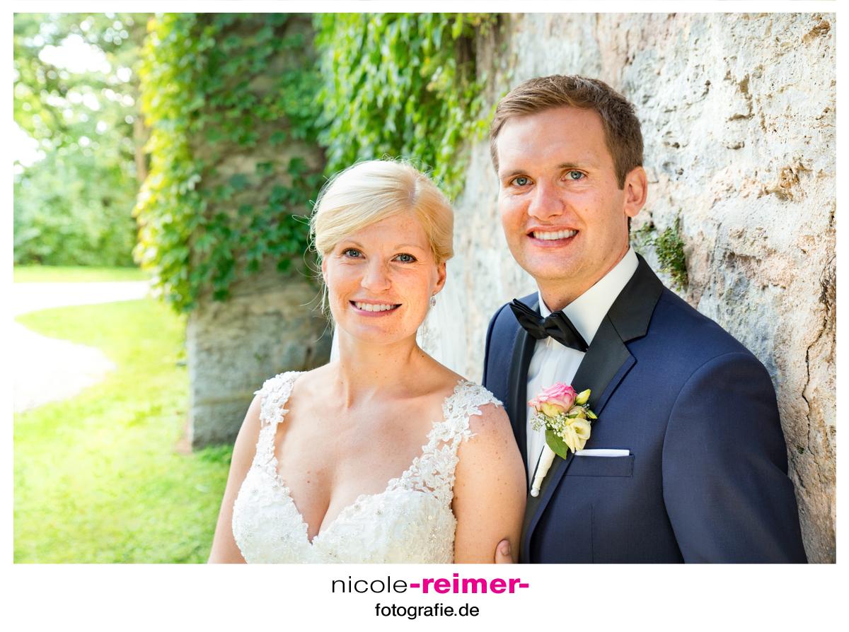 Brautpaar-vor-der-Schlossmauer_1_Nicole-Reimer-Hochzeitsfotografie