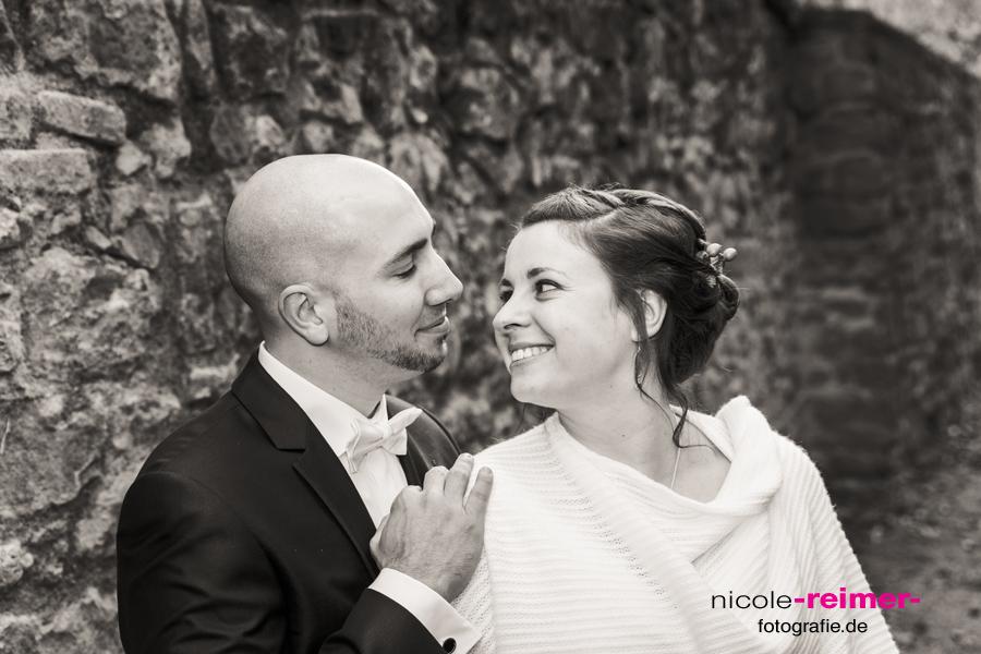Brautpaar vor einer Mauer