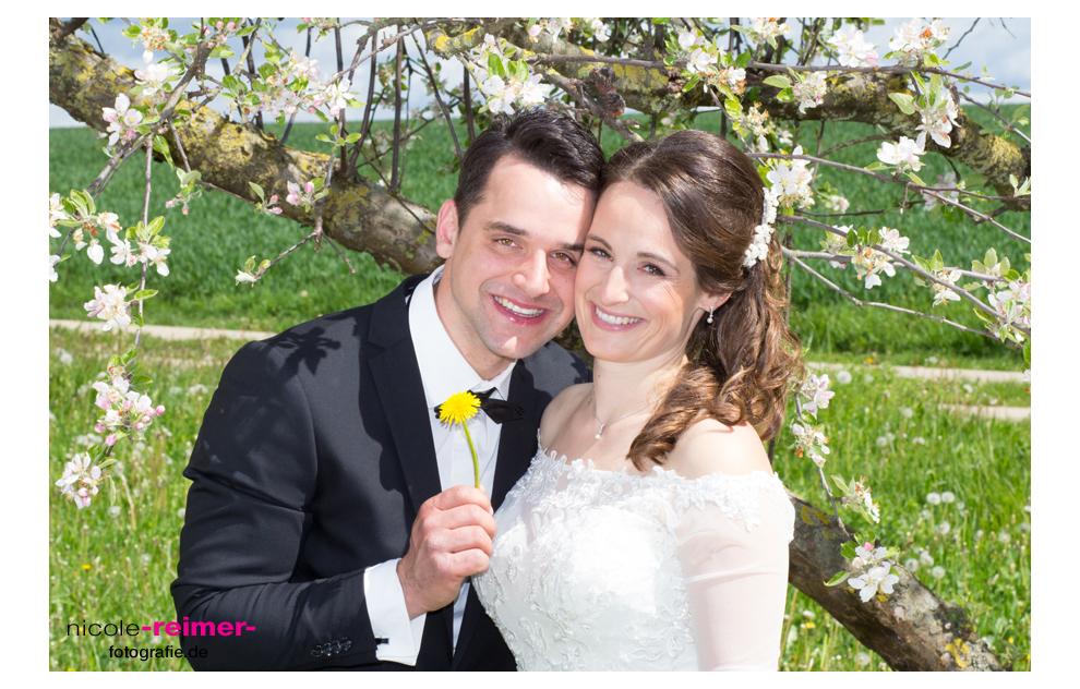 Brautpaar mit blühendem Baum