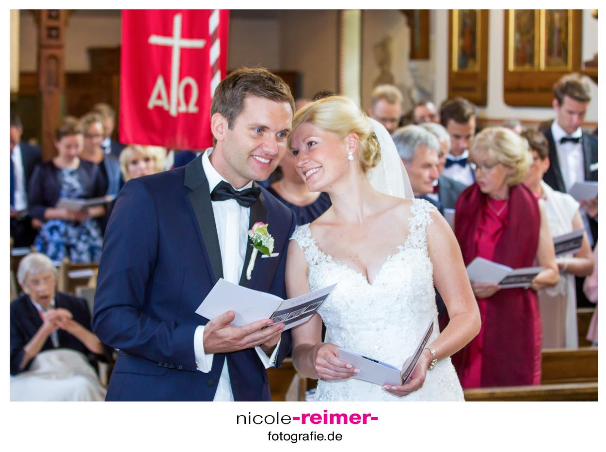 Brautpaar-in-der-Kirche1_Nicole-Reimer-Hochzeitsfotografie