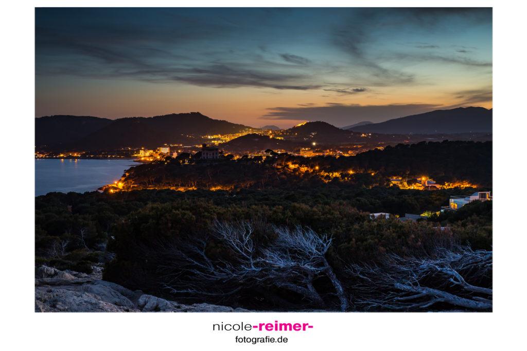 Blick auf Cala Ratjada bei Nacht - Nicole Reimer Fotografie