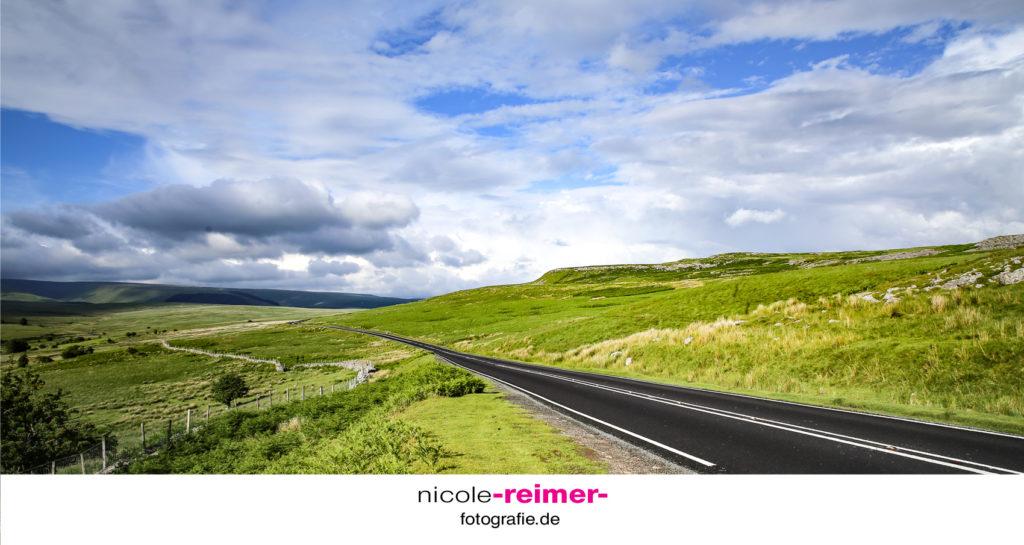 Straße im Brecon Beacons Nationalpark in Wales, Großbritannien