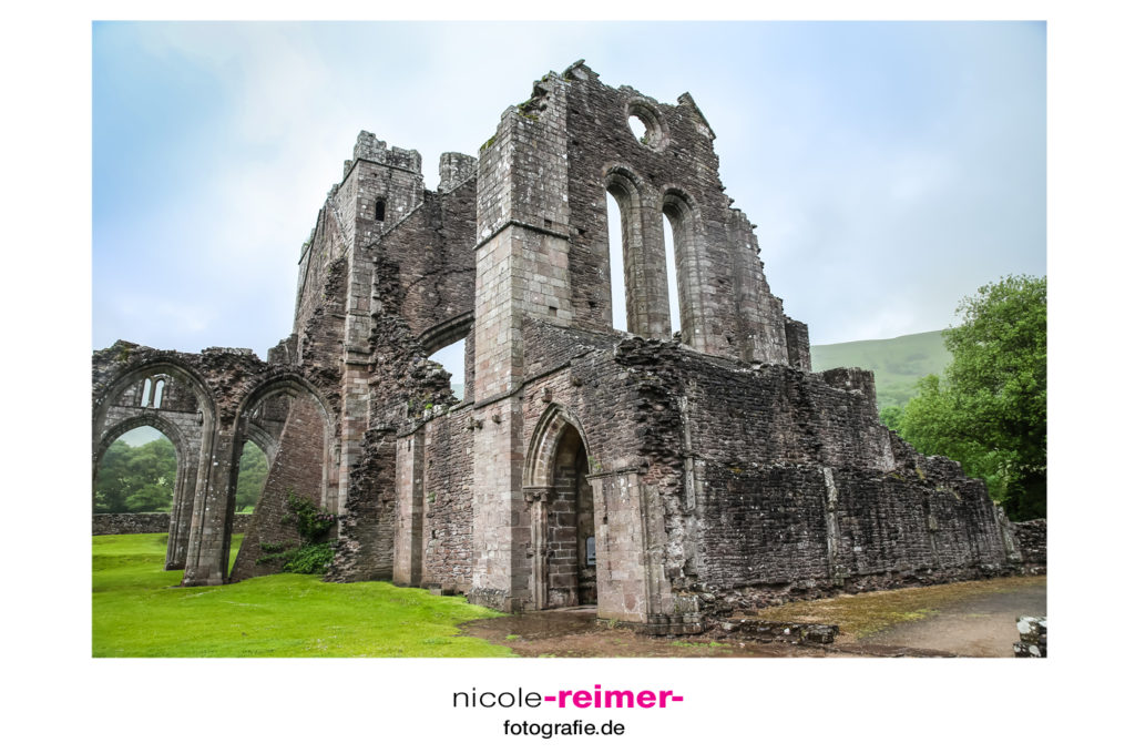 Brecon Beacons, Llanthony Abbey