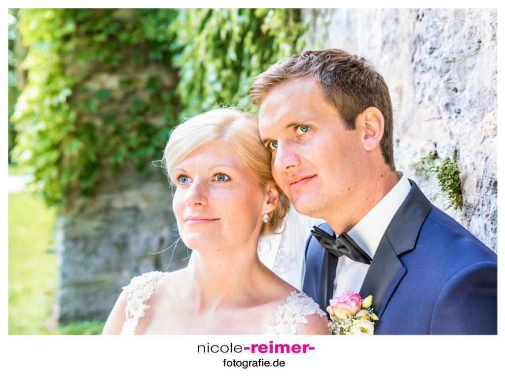 Brautpaar-vor-der-Schlossmauer_2_Nicole-Reimer-Hochzeitsfotografie-1024x763.jpg